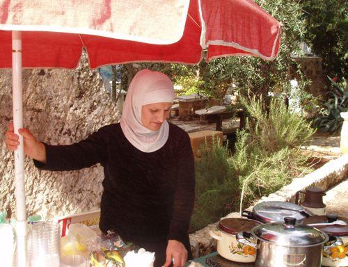 ערביה מתושבי עין הוד לשעבר מוכרת מרכולתה בכניסה לכפר (צילום: זאב גלילי)