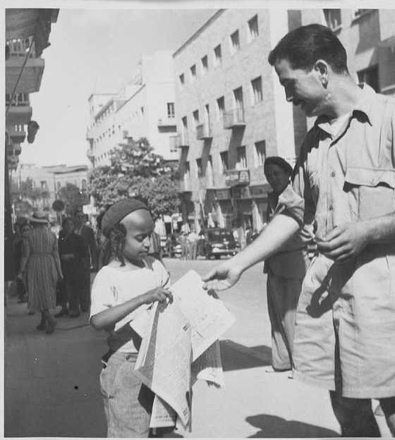 ילד מוכר עיתונים ברחוב הרצל בתל אביב 1945