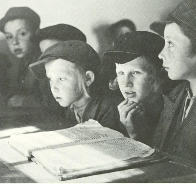 ילדים לומדים בחדר בפולין לפני השואה
