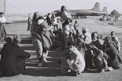 עולים מתימן ממתינים למטוס שיטיס אותם במרבד הקסמים לארץ ישראל