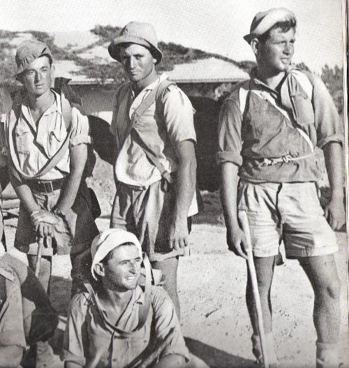קבוצת פלמחאים בכובעי טמבל שנות הארבעים (אלבום הפלמח)