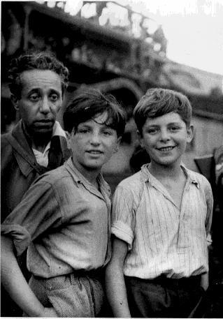 ילדים עם מספר על הילד ממגורשי אכסודוד