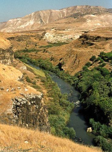 ביקעת הירמוך בו שוכנת חמת גדר ברקע הרי הגלעד - ויקיפדיה kiliweb