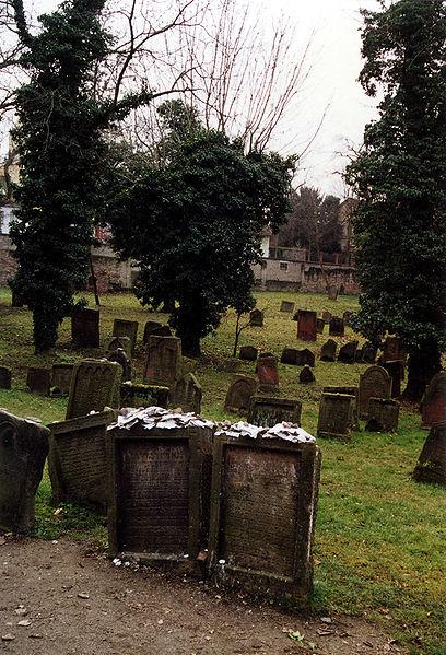 """בית הקברות היהודי ובחזיתו שני הקברים של המהר""""ם ושל הנדבן"""