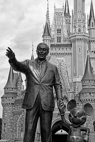 פסל של וולט דיסני על רקע ארמון האושר במיאמי