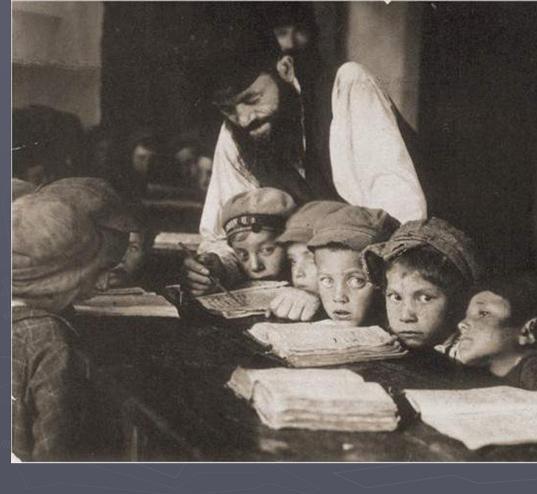 ילדים לומדים קריאה בחדר פולין שנות השלושים