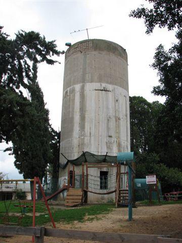 מגדל המים בקיבוץ חולדה. הצלם מיכאל יעקובסון (ויקיפדיה)