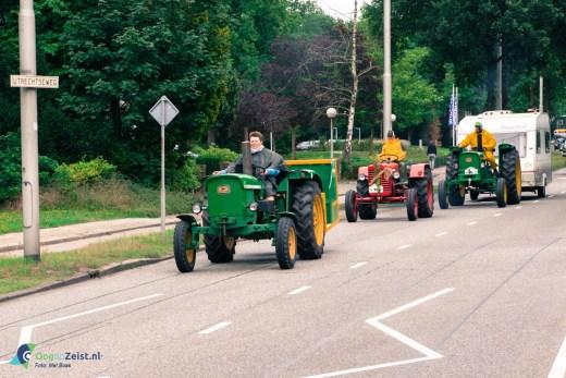 Tractoren verlaten Zeist in colone via de Utrechtseweg