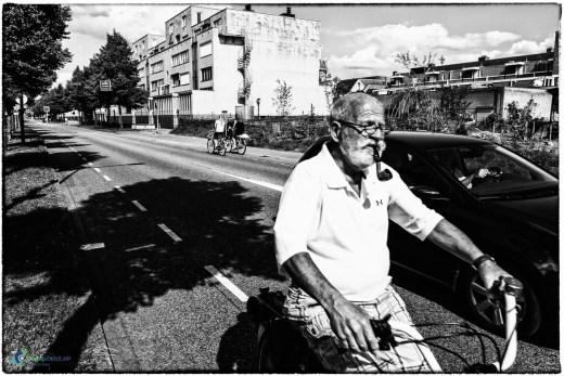 Man met pijp op de Antonlaan in Zeist op de fiets