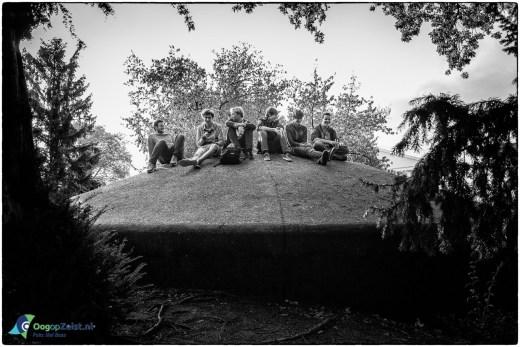 Jongens in het Willeminapark vieren het begin van de herfstvakantie
