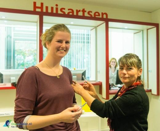 griepprikken halen in huisartzenpraktijk Vollenhoven onder toeziendoog van Huisarts de Voogd