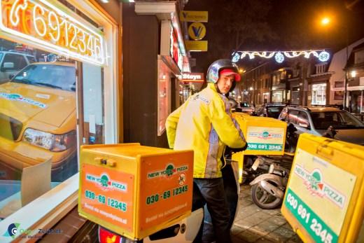 Zondagavond is een drukke avond voor de pizzakoeriers van de Steijnlaan
