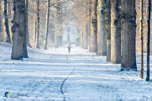 Meisje wandelt door Beek en Royen in de sneeuw.