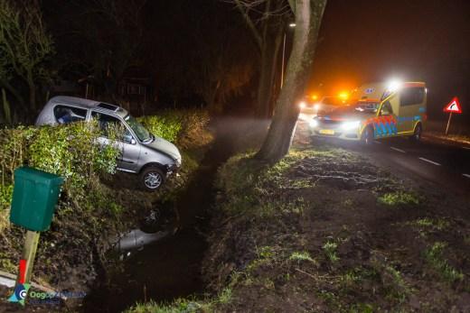 Auto te water door gladheid aan de achterdijk 32 in bunnik Utrecht, Mogelijk heeft de bestuurderletsel opgelopen.