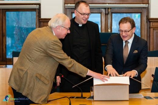 De eerste archiefdoos van 42 meter parochiearchief van de St. Josephkerk overgedragen aan de gemeente.