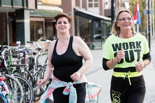 Nooit te oud op te sporten een rondje slot joggen. De dames zijn in training voor de meidenloop in Utrecht