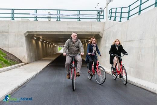 Gedeputeerde Jacqueline Verbeek-Nijhoff opent de fietstunnel onder de universiteitsweg
