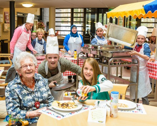Nationale pannenkoekendag Kinderen van basisschool Oud Zandbergen bakken pannenkoeken bij Vredenoord