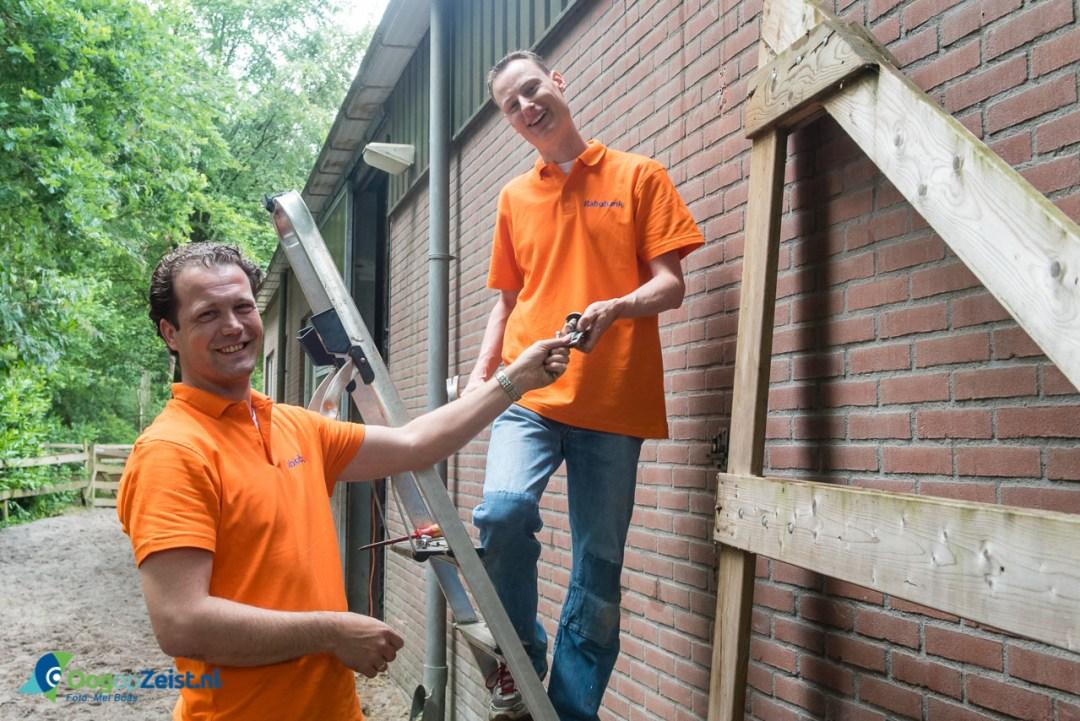 Rabobank UHR aan het klussen bij de Prinses Maxima Manege in Den Dolder in het kader van de Aandeel in Elkaar week.