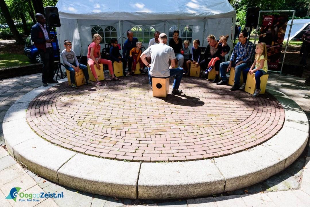 Slagwerk workshop op het roodplein van de Walk Art Markt