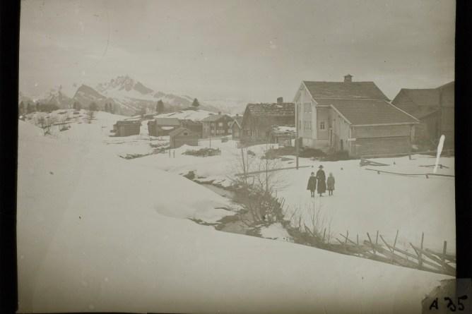 Frau und zwei Kinder im winterlichen Pfäfers