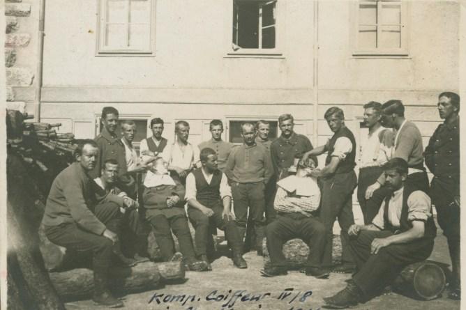kompagniecoiffeur beim Raiseren, 1916