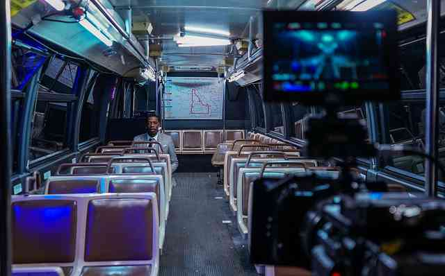 Du stellst ein Produkt vor, das mit öffentlichem Verkehr zu tun hat? Warum nicht in der U-Bahn filmen?