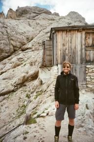 Martin vor der Lastenseilbahn der Mulazhütte