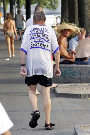 Auch bei einer Erfrischung im Rhein mag sich der Strassen-Feuerbach nicht vom T-Shirt und dessen Botschaft trennen.