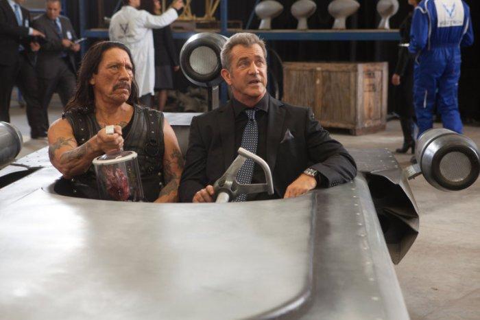 Luther Voz (Mel Gibson) zeigt Machete (Danny Trejo) yein Reich. (Bild: zVg)