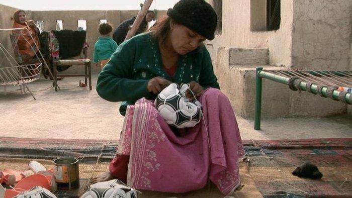 Arbeiten in Mulhapar - das heisst auch Bälle nähen für den reichen Westen.. (Bild: zVg)