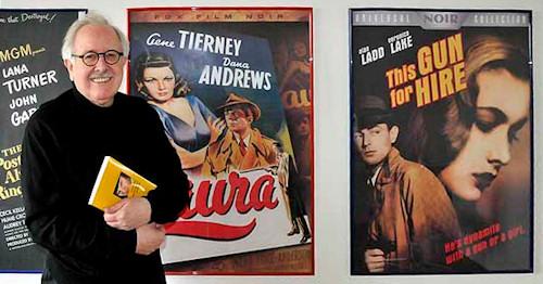 Ottokar Schnepf mit seinem Filmbuch vor den Filmplakaten einer seiner geliebtesten Filmwerke. (Bild: zVg)