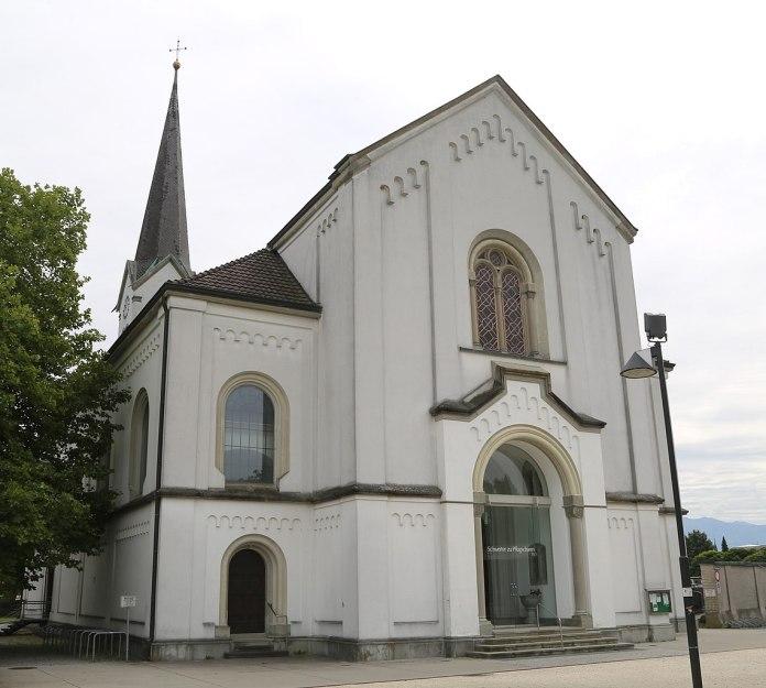 Regenbogenfahne vor katholischer Kirche angezündet
