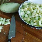 Чистимо, подрібнюємо кабачки і тушимо в каструлі