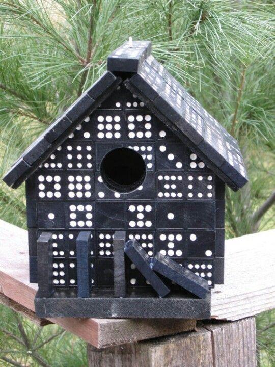 Перед тим, як зробити таку шпаківню з доміно, доведеться трохи побути архітектором.