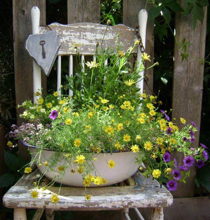 Підставка для горщика з квітами, зроблена зі стільця