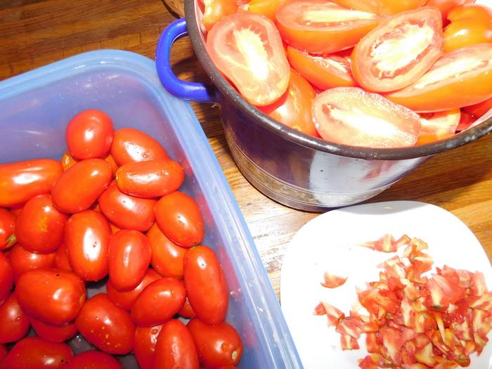 чистимо помідори для консервації