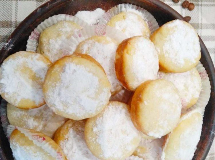 Готові сирні кекси посипаємо цукровою пудрою