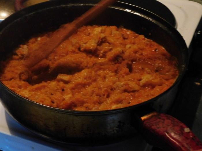 Додаємо до м'яса корінь петрушки і моркву, заливаємо водою і тушимо під кришкою