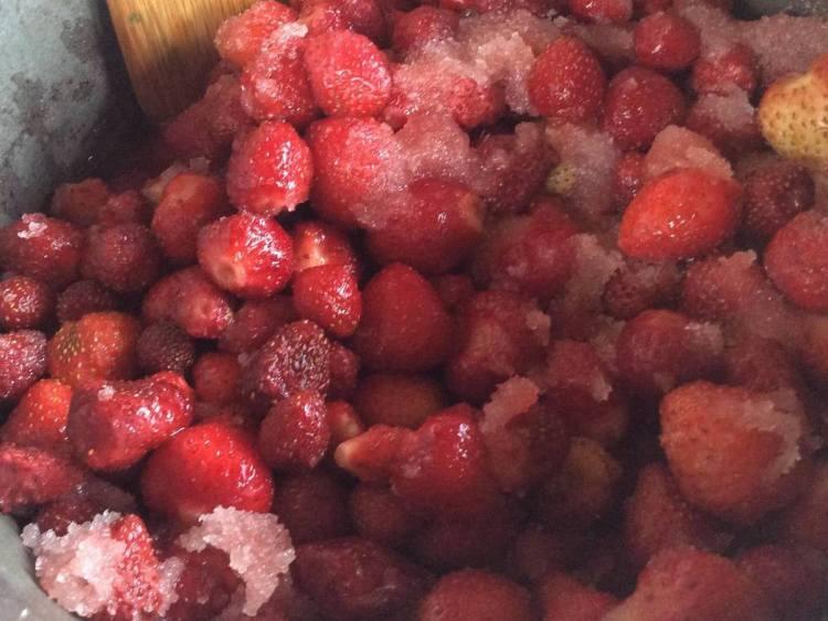 Засипаємо ягоди цукром на дві години