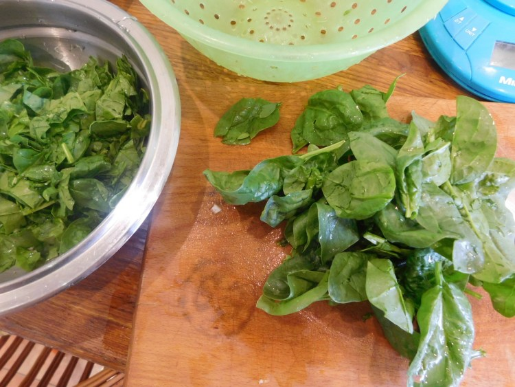 Миємо і подрібнюємо шпинат