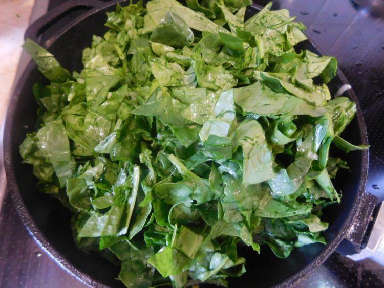 Додаємо на сковорідку листя шпинату