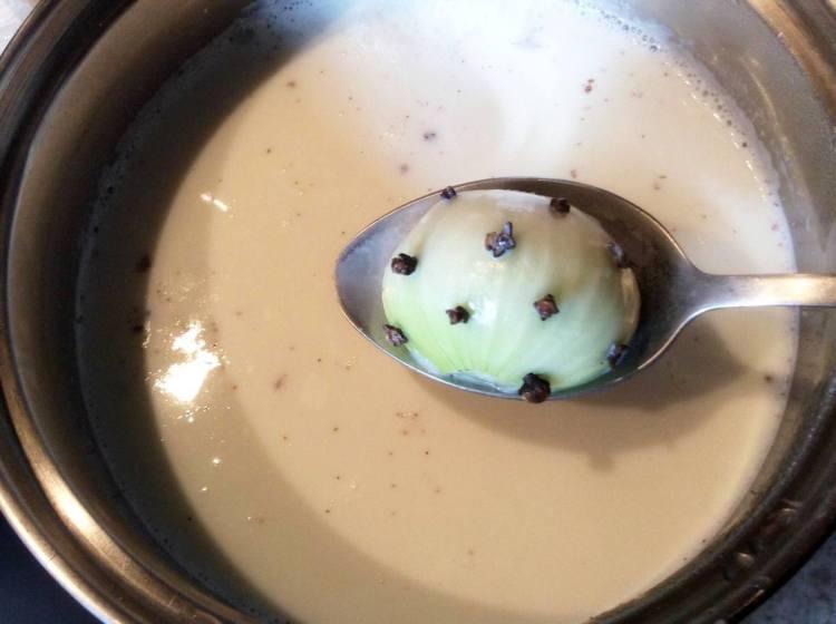 Кладемо в молоко філе і цибулю з гвоздикою
