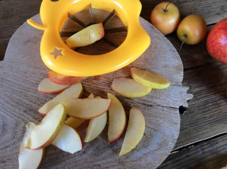 Нарізаємо яблука на тонкі часточки за допомогою яблукорізки