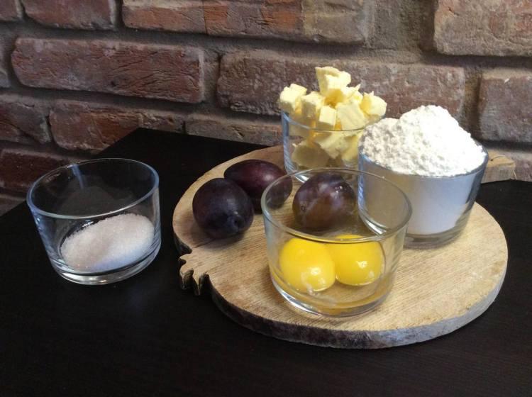 Інгредієнти для пирога зі сливами і меренгою