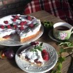 Пиріг зі сливами і меренгою