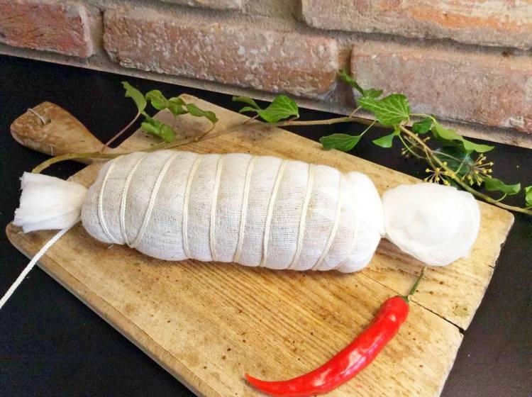 Загортаємо м'ясо в марлю, не менше ніж в 4 шари