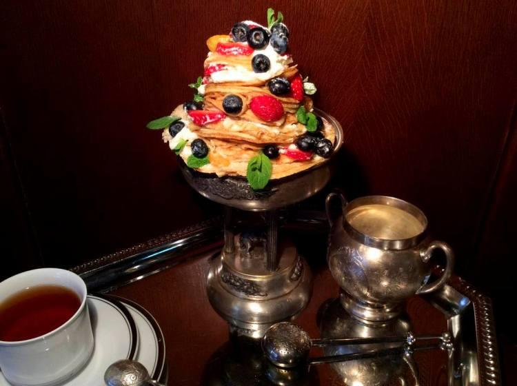 Святковий торт з млинців і фруктів готовий. Смачного!