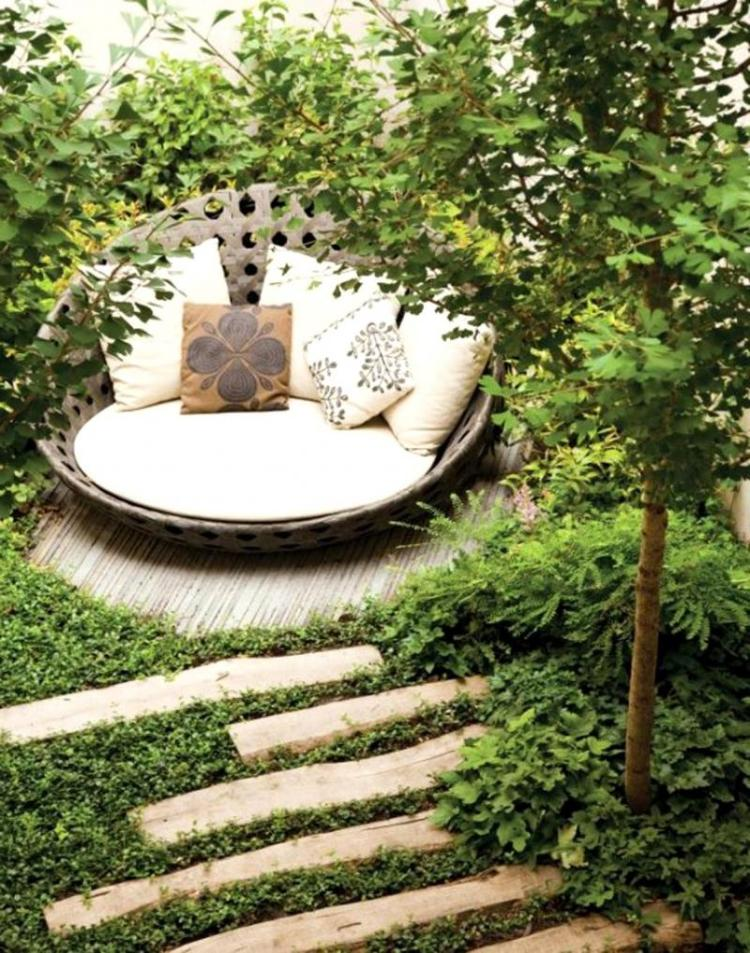 Затишний тихий куточок в саду