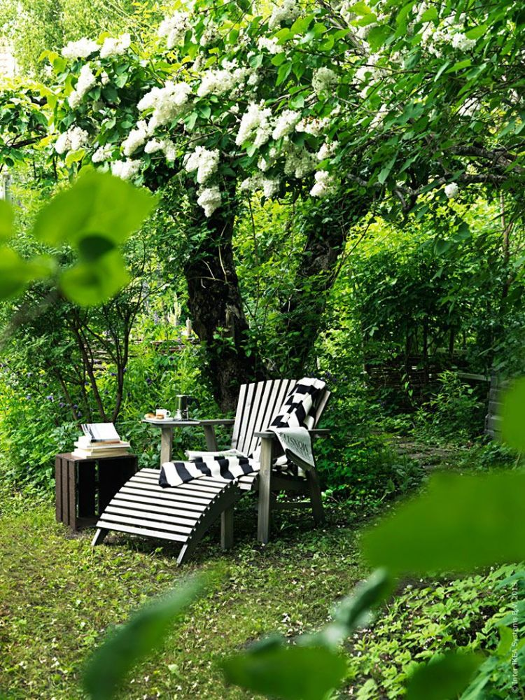 Крісло в саду